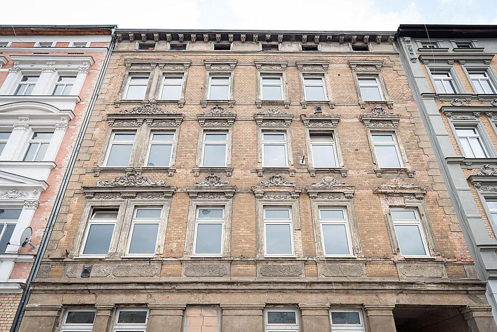 Die noch unsanierte Fassade des August-Christl-Hauses in der Bruckdorfer Straße. Foto: Marius Bauer